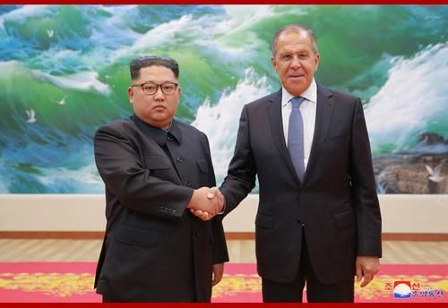 朝鲜最高领导人金正恩与俄罗斯外长拉夫罗夫合影。图片来源:朝中社。