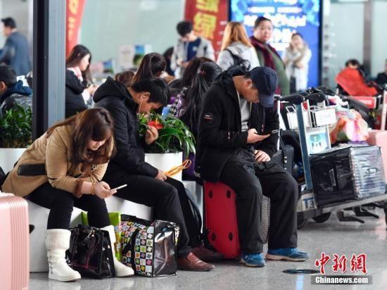 资料图:乘客在候机。 中新社记者 刘新 摄