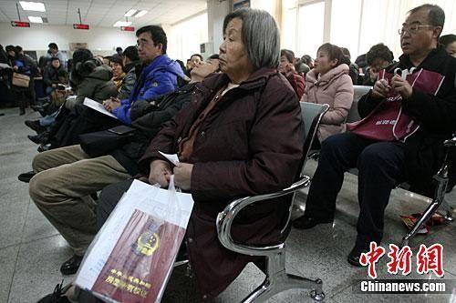 资料图:图为北京市海淀区房管局办事大厅民众在等候办理业务。中新社记者 苏丹 摄