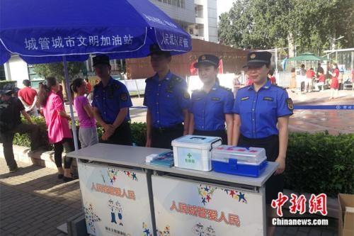 城管工作人员在考场外搭建了服务站。 中新网记者 张尼 摄