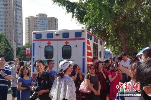 999急救车在考场外待命。 中新网记者 张尼 摄