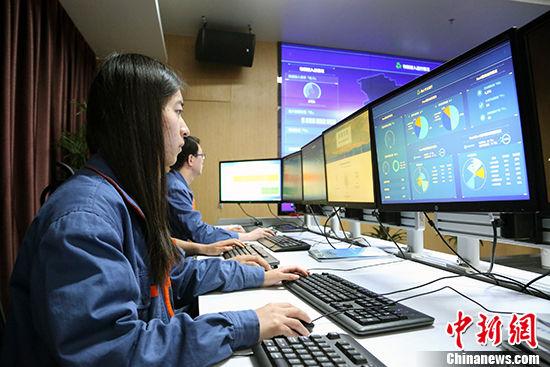 图为工作人员监控实时数据变化。 中新社记者 罗云鹏 摄
