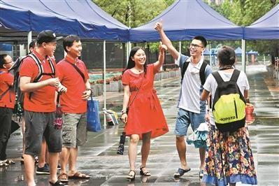 高考完后,考生走出考场都很轻松。广州日报全媒体记者何波摄