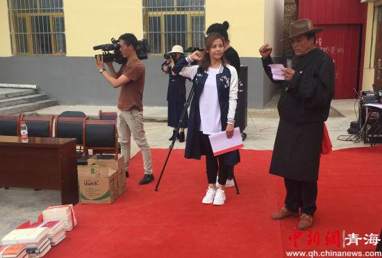 古德村委书记夏吾才让带领众人重温入党誓词。