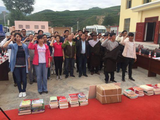 众党员在古德村重温入党誓词。