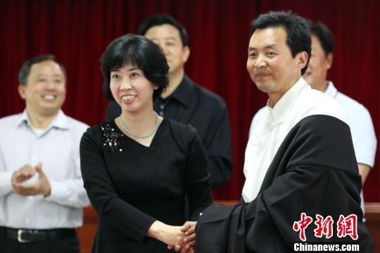 图为天津滨海新区代表与青海黄南州学校建立校际结对帮扶关系。 张添福 摄