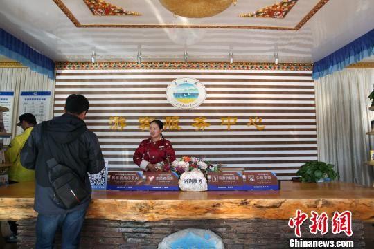 资料图为游客在青海湖二郎剑游客服务中心。 罗云鹏 摄