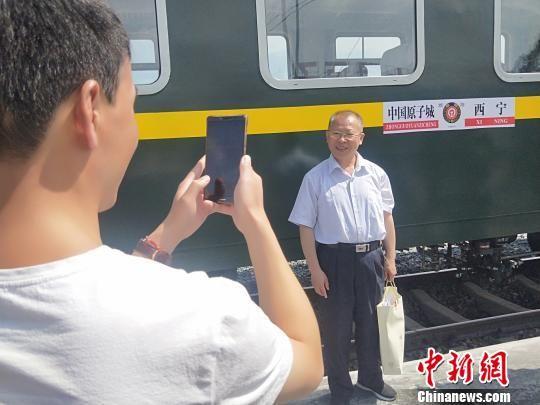 图为游客在列车旁留影。 李隽 摄