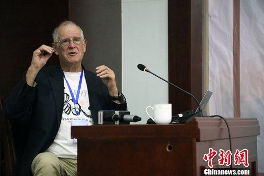 马敬能(John MacKinnon)在论坛上阐述观点。中新社记者 罗云鹏 摄