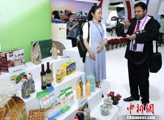 图为外国客商品鉴高原特色农产品。 张添福 摄
