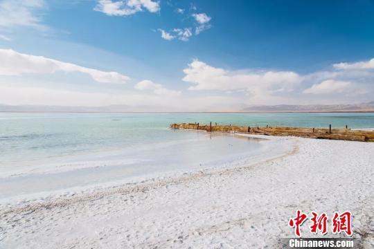 图为天气晴好时的青海茶卡盐湖。(资料图) 钟欣 摄