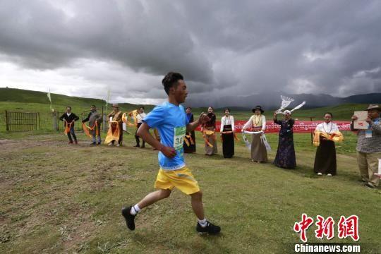 图为当地藏族民众为选手加油助威 胡贵龙 摄