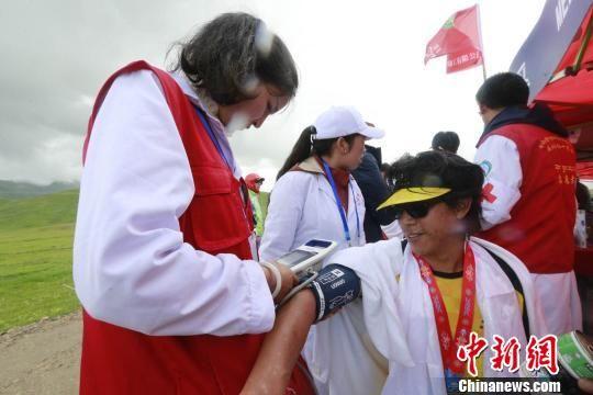 图为医护人员为结束比赛的选手进行体检 胡贵龙 摄