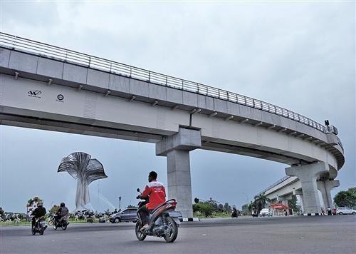 图为雅加达新建的城市轻轨。 本报记者 田 原摄