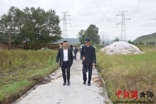 中建五局领导同韩家嘴村村民交流扶贫工作。