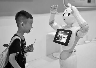 参观者在与机器人进行互动。新华社发