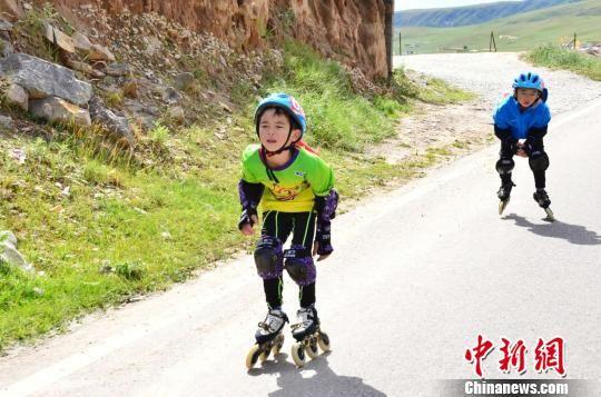 图为正在爬坡的参赛选手 鲁丹阳 摄