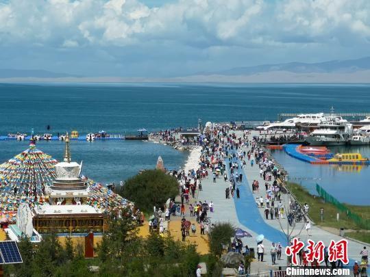 图为青海湖二郎剑景区。 罗云鹏 摄