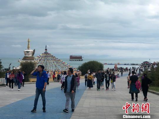 图为青海湖二郎剑景区游客。 罗云鹏 摄