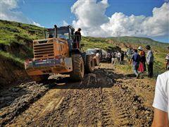 图为化隆当地干部群众积极救灾修路