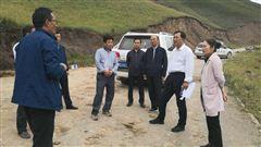 图为化隆县相关部门第一时间赶赴山体滑坡现场展开救援。