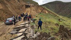 图为化隆当地干部群众积极救灾修路。