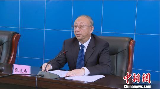 图为青海省环境保护厅副厅长张生杰介绍《实施方案》。 钟欣 摄