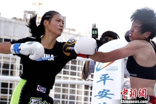 图为女拳击手参加搏击赛。 张添福 摄