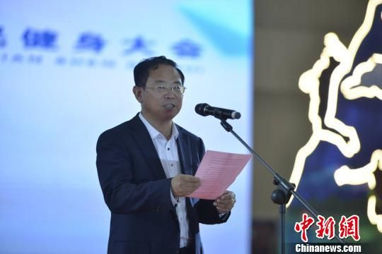 图为青海省体育局党组书记、局长尕藏才让介绍赛事情况。 马铭言 摄