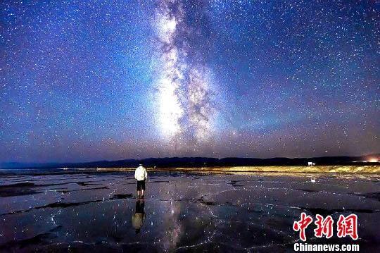 图为星空摄影爱好者在青海省海西蒙古族藏族自治州乌兰县茶卡镇拍摄的盐湖星空。 罗弘扬 摄