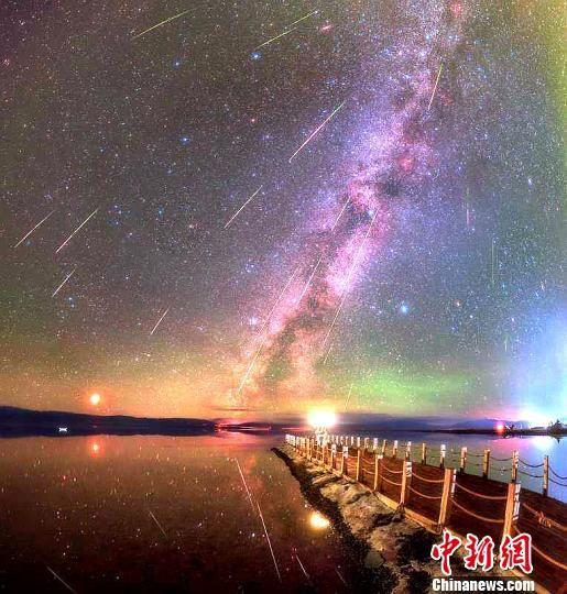 图为星空摄影爱好者在茶卡盐湖拍摄的星空。 章佳杰 摄