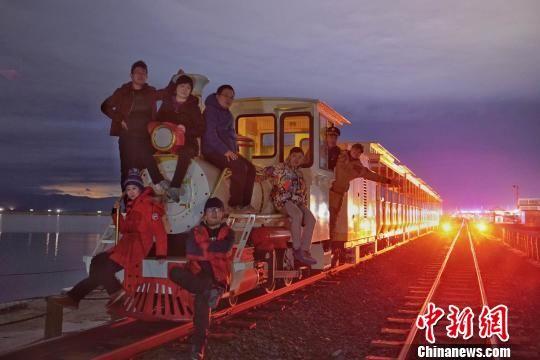 图为摄影大咖们和小火车合影。 王征 摄