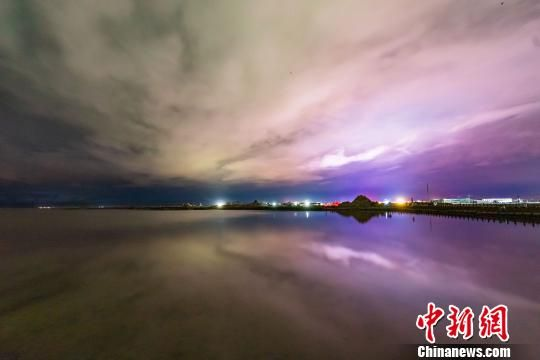 """图为茶卡盐湖的""""夜空之镜""""。 克留 摄"""