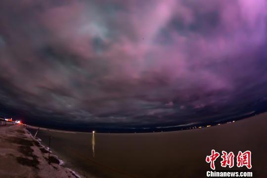 图为茶卡盐湖的夜空云海。 克留 摄