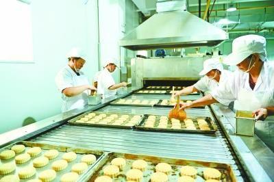 武汉一家知名月饼厂在制作月饼 图 记者孙�B