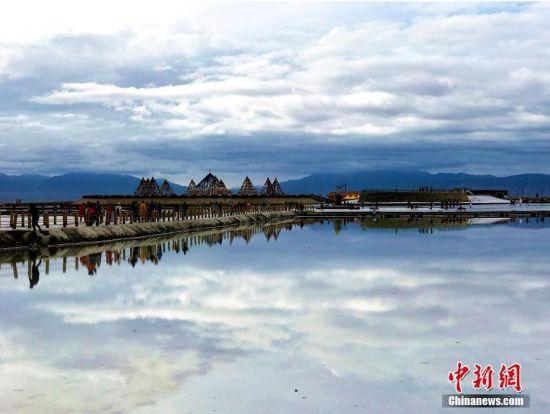 茶卡盐湖像镜子一样。 袁凤芳 摄