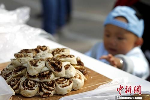 图为青海特色月饼。 中新社记者 张添福 摄