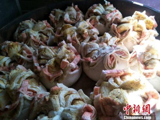 图为王昌云做的大月饼如同一簇簇花团,姹紫嫣红,十分好看。 李莎莎 摄