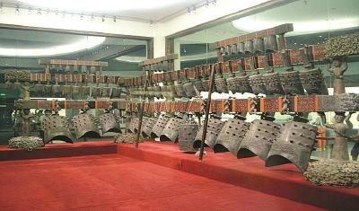 曾侯乙编钟全套编钟重5吨,共65件钟,最大钟通高152.3厘米,重203.6公斤。 本报驻鄂记者钱忠军摄