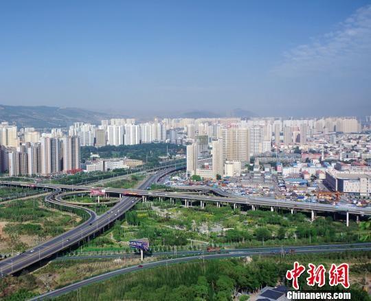 资料图为青海省会西宁朝阳绿岛。 钟欣 摄