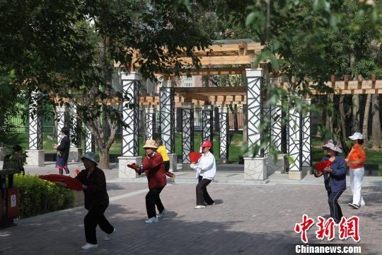 资料图为青海省会西宁海棠公园内晨练的市民。 钟欣 摄