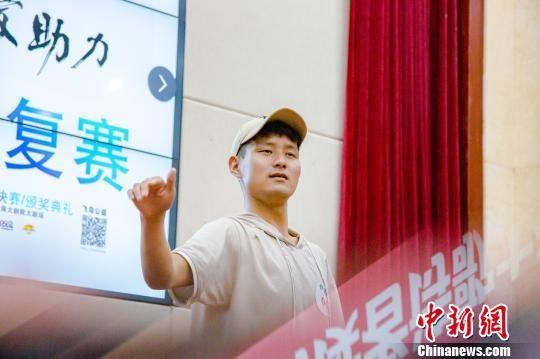 图为9月29日,第二届飞鸟杯身障人士朗读者诗歌大奖赛复赛现场选手用手语编排舞蹈。组委会供图
