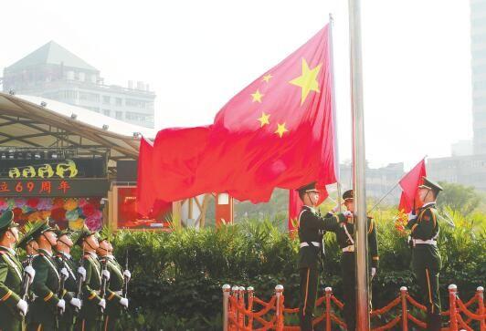 10月1日,上午10时,西宁市在中心广场隆重举行升国旗仪式,来自西宁地区的2000余名各族群众观看升旗仪式,共庆中华人民共和国成立69周年。摄影:魏雅琪