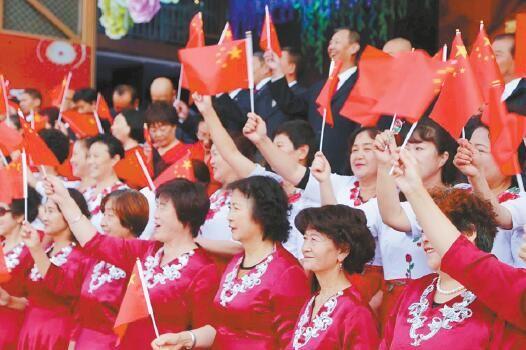 人们欢喜的笑脸。摄影:魏雅琪