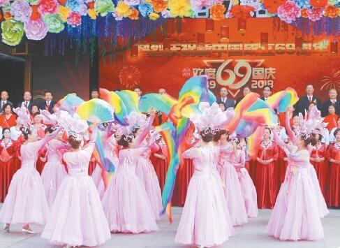 欢度国庆节文艺汇演。摄影:魏雅琪