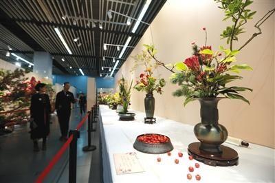 昨日,园林博物馆,市民观赏海峡两岸中国插花艺术展。新京报记者 侯少卿 摄