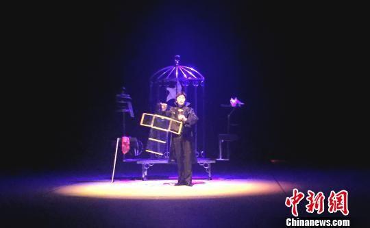 图为重庆杂技艺术团原创魔术节目《幻影飞鸽》。重庆杂技艺术团供图
