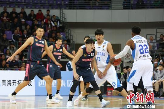 图为CBA季前赛西宁站青岛国信双星对阵广东东莞银行。 张海雯 摄