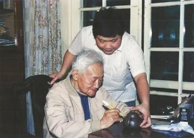 1991年6月,许四海请巴老在他做的壶上签名。