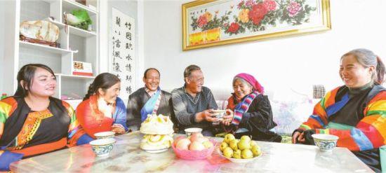 海东市乐都区白草台村:易地搬迁开启村民新生活。